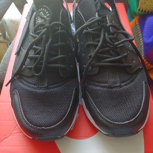 New Unisex Nike Air Huaraches- Size 9.5 $69 OBO